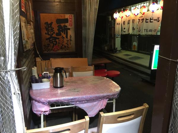 白馬童子 お店の外にあるテーブル席